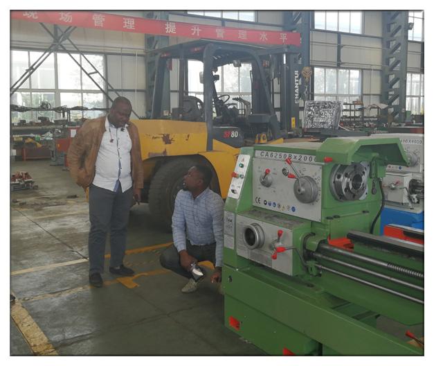 Zákazníci Benin návšteve nášho závodu a podpísať objednávku sústruh